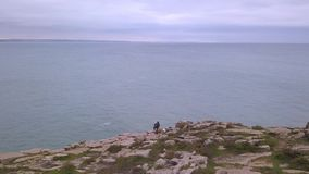 Εναέριο βίντεο άποψης κηφήνων στην κίνηση του ορίζοντα στο nea του Ατλαντικού Ωκεανού το οχυρό Peniche, Πορτογαλία Πέτρινη παραλί απόθεμα βίντεο