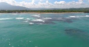 Εναέριο βίντεο άποψης ματιών πουλιών ` s κηφήνων στα κύματα θάλασσας και τους βράχους, τυρκουάζ νερό Τροπικά νησιά ατολλών παραδε απόθεμα βίντεο