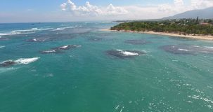 Εναέριο βίντεο άποψης ματιών πουλιών ` s κηφήνων στα κύματα θάλασσας και τους βράχους, τυρκουάζ νερό Τροπικά νησιά ατολλών παραδε φιλμ μικρού μήκους