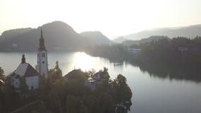 Εναέριο βίντεο Πτήση τη λίμνη που αιμορραγείται πέρα από στη Σλοβενία φιλμ μικρού μήκους