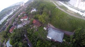 Εναέριο βίντεο της πόλης, του σιδηροδρομικού σταθμού και του ποταμού απόθεμα βίντεο