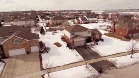 Εναέριο βίντεο των σπιτιών σε μια χιονισμένη προαστιακή γειτονιά