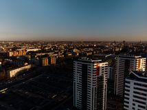 Εναέριο δραματικό ηλιοβασίλεμα τοπίου με μια άποψη πέρα από τους ουρανοξύστες στη Ρήγα, Λετονία - η παλαιά πόλη είναι κεντρικός ο στοκ εικόνες με δικαίωμα ελεύθερης χρήσης