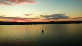 Εναέριο ενιαίο σκάφος αναψυχής που πλέει στην ειρηνική ήρεμη μαρίνα ποταμών στην ηλιοφάνεια απόθεμα βίντεο