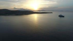 Εναέριο ηλιοβασίλεμα άποψης Dawn στη θάλασσα φιλμ μικρού μήκους
