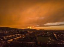 Εναέριο ηλιοβασίλεμα που πυροβολείται των πολύ νεφελωδών ουρανών στοκ εικόνα