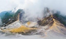 Εναέριο ηφαίστειο Sibayak άποψης, ενεργό caldera που βράζει στον ατμό, προορισμός ταξιδιού σε Berastagi, Sumatra, Ινδονησία στοκ εικόνα με δικαίωμα ελεύθερης χρήσης