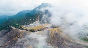 Εναέριο ηφαίστειο Sibayak άποψης, ενεργό caldera που βράζει στον ατμό, προορισμός ταξιδιού σε Berastagi, Sumatra, Ινδονησία στοκ φωτογραφία με δικαίωμα ελεύθερης χρήσης