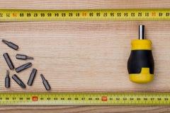 Εναέριο κατσαβίδι άποψης με την ταινία μέτρησης στο ξύλινο επιτραπέζιο BA Στοκ Εικόνες
