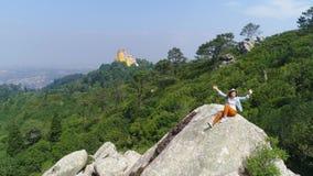 Εναέριο κορίτσι άποψης που απολαμβάνει την ηλιόλουστη ημέρα στο βουνό απόθεμα βίντεο