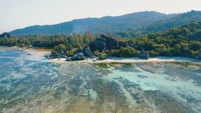 Εναέριο μήκος σε πόδηα άποψης 4k argent παραλία του διασημότερου Anse πηγής  απόθεμα βίντεο