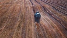 Εναέριο μήκος σε πόδηα ενός σύγχρονου τρακτέρ που οργώνει τον ξηρό τομέα, που προετοιμάζει το έδαφος για τη σπορά να σπείρει στο  απόθεμα βίντεο