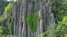 Εναέριο μήκος σε πόδηα κηφήνων από την παλαιά στήλη βασαλτών στην Ουγγαρία, βουνό Άγιος George απόθεμα βίντεο