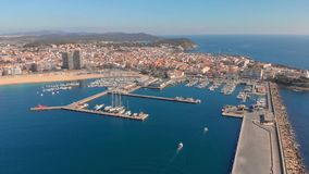 Εναέριο μήκος σε πόδηα κηφήνων, λιμάνι της μικρής πόλης, Palamos της Ισπανίας, σε Κόστα Μπράβα απόθεμα βίντεο