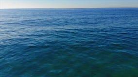 Εναέριο μήκος σε πόδηα κηφήνων πέρα από το νερό στον Ισπανό παράκτιο απόθεμα βίντεο