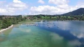 Εναέριο μήκος σε πόδηα κηφήνων - που πετά πέρα από μια λίμνη στη Γερμανία απόθεμα βίντεο