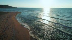 Εναέριο μήκος σε πόδηα κηφήνων των κυμάτων που ορμούν προς τη δύσκολη ακτή στην παραλία Μύγες κηφήνων από τον απότομο βράχο βουνώ φιλμ μικρού μήκους