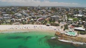 Εναέριο μήκος σε πόδηα κηφήνων των ωκεάνιων κυμάτων σε μια πολυάσχολη παραλία βασιλιάδων, Caloundra, Αυστραλία φιλμ μικρού μήκους