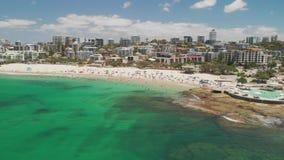 Εναέριο μήκος σε πόδηα κηφήνων των ωκεάνιων κυμάτων σε μια πολυάσχολη παραλία βασιλιάδων, Caloundra, Αυστραλία απόθεμα βίντεο