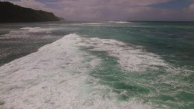 Εναέριο μήκος σε πόδηα κηφήνων των ωκεάνιων κυμάτων που σπάζουν πριν από την ακτή στο ηλιοβασίλεμα Μπαλί Ινδονησία απόθεμα βίντεο