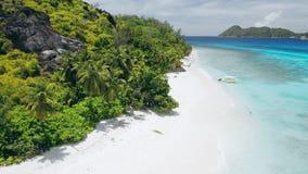 Εναέριο μήκος σε πόδηα κηφήνων 4k της τροπικής παραλίας παραδείσου με την τέλεια άσπρη άμμο και το τυρκουάζ νερό λιμνοθαλασσών kr απόθεμα βίντεο