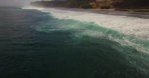 Εναέριο μήκος σε πόδηα κηφήνων 4k των ωκεάνιων κυμάτων που σπάζουν πριν από την ακτή Μπαλί Ινδονησία απόθεμα βίντεο