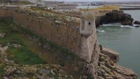 Εναέριο μήκος σε πόδηα μιας όμορφης άποψης που αγνοεί το οχυρό Peniche και πετώντας seagull, Πορτογαλία 4k ποιότητα στην κίνηση φιλμ μικρού μήκους