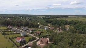 Εναέριο μήκος σε πόδηα πέρα από μια ευρωπαϊκή κατοικήσιμη περιοχή classica, σπίτια άνωθεν Εναέριος πυροβολισμός πέρα από την κορυ απόθεμα βίντεο