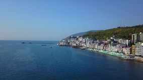 Εναέριο μήκος σε πόδηα πανοράματος κηφήνων της ζωηρόχρωμης εικονικής παράστασης πόλης στα βουνά πέρα από τη θάλασσα, Ευρώπη, πυκν απόθεμα βίντεο