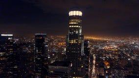Εναέριο μήκος σε πόδηα πολυόροφων κτιρίων του Λος Άντζελες τη νύχτα απόθεμα βίντεο