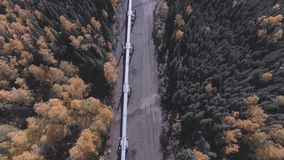 Εναέριο μήκος σε πόδηα της εποχής πετρελαιαγωγών της Αλάσκας το φθινόπωρο, εθνική οδός του Dalton απόθεμα βίντεο