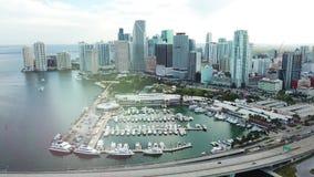 Εναέριο μήκος σε πόδηα του λιμανιού του Μαϊάμι με τα γιοτ και τις βάρκες στον Ατλαντικό Ωκεανό και τη εικονική παράσταση πόλης, η απόθεμα βίντεο