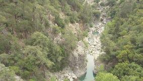 Εναέριο μήκος σε πόδηα του ποταμού βουνών απόθεμα βίντεο