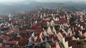Εναέριο μήκος σε πόδηα του Rothenburg ob der Tauber στο βουνό, 4k απόθεμα βίντεο