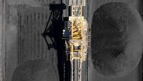 Εναέριο μήκος σε πόδηα των αποθεμάτων άνθρακα και του εκσκαφέα ροδών κάδων απόθεμα βίντεο