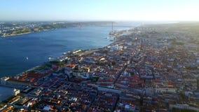 Εναέριο μήκος σε πόδηα Όμορφη άποψη της Λισσαβώνας και του ποταμού Tagus απόθεμα βίντεο