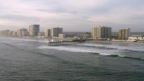 Εναέριο μήκος σε πόδηα σε 4k, που πηγαίνει γύρω από την αλιεία της αποβάθρας σε Daytona Beach φιλμ μικρού μήκους