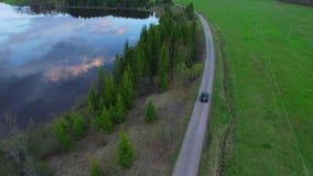 Εναέριο μήκος σε πόδηα - ακολουθήστε το αυτοκίνητο από τον κηφήνα απόθεμα βίντεο