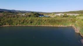 Εναέριο μήκος σε πόδηα κηφήνων - που πετά πέρα από μια λίμνη στην Ιταλία απόθεμα βίντεο