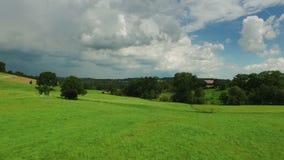Εναέριο μήκος σε πόδηα κηφήνων - που πετά πέρα από τους λόφους φιλμ μικρού μήκους