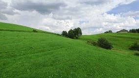 Εναέριο μήκος σε πόδηα κηφήνων - που πετά πέρα από τους λόφους απόθεμα βίντεο