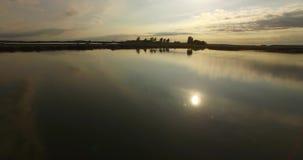 Εναέριο μήκος σε πόδηα κηφήνων της λίμνης ενάντια στον ουρανό Αργός ακολουθώντας πυροβολισμός του επίπεδου νερού και στη λίμνη απόθεμα βίντεο