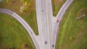 Εναέριο μήκος σε πόδηα της εθνικής οδού και Overpass με τα αυτοκίνητα και τα φορτηγά απόθεμα βίντεο