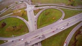 Εναέριο μήκος σε πόδηα της εθνικής οδού και Overpass με τα αυτοκίνητα και τα φορτηγά φιλμ μικρού μήκους