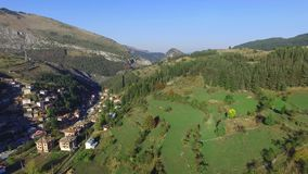 Εναέριο μικρό ορεινό χωριό άποψης απόθεμα βίντεο