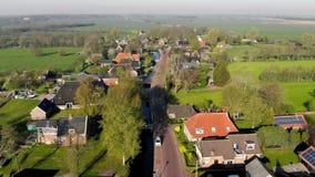 Εναέριο μικρό όμορφο χωριό άποψης στην Ολλανδία Να πετάξει πέρα από τις στέγες των σπιτιών και τις οδούς ενός μικρού χωριού μέσα απόθεμα βίντεο