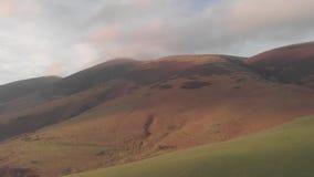 Εναέριο μπροστινό μήκος σε πόδηα mountainside με μια misty σύνοδο κορυφής κάτω  φιλμ μικρού μήκους