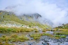 εναέριο μπλε νεφελώδες ύδωρ όψης ουρανού βράχου ποταμών βουνών χάσματος του Delaware Στοκ εικόνες με δικαίωμα ελεύθερης χρήσης