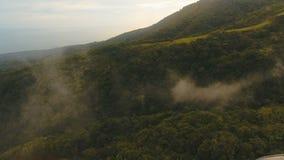 Εναέριο νησί Φιλιππίνες Camiguin τροπικών δασών βραδιού άποψης απόθεμα βίντεο