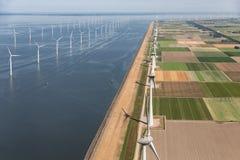 Εναέριο ολλανδικό τοπίο άποψης με τους παράκτιους ανεμοστροβίλους κατά μήκος της ακτής στοκ εικόνα με δικαίωμα ελεύθερης χρήσης